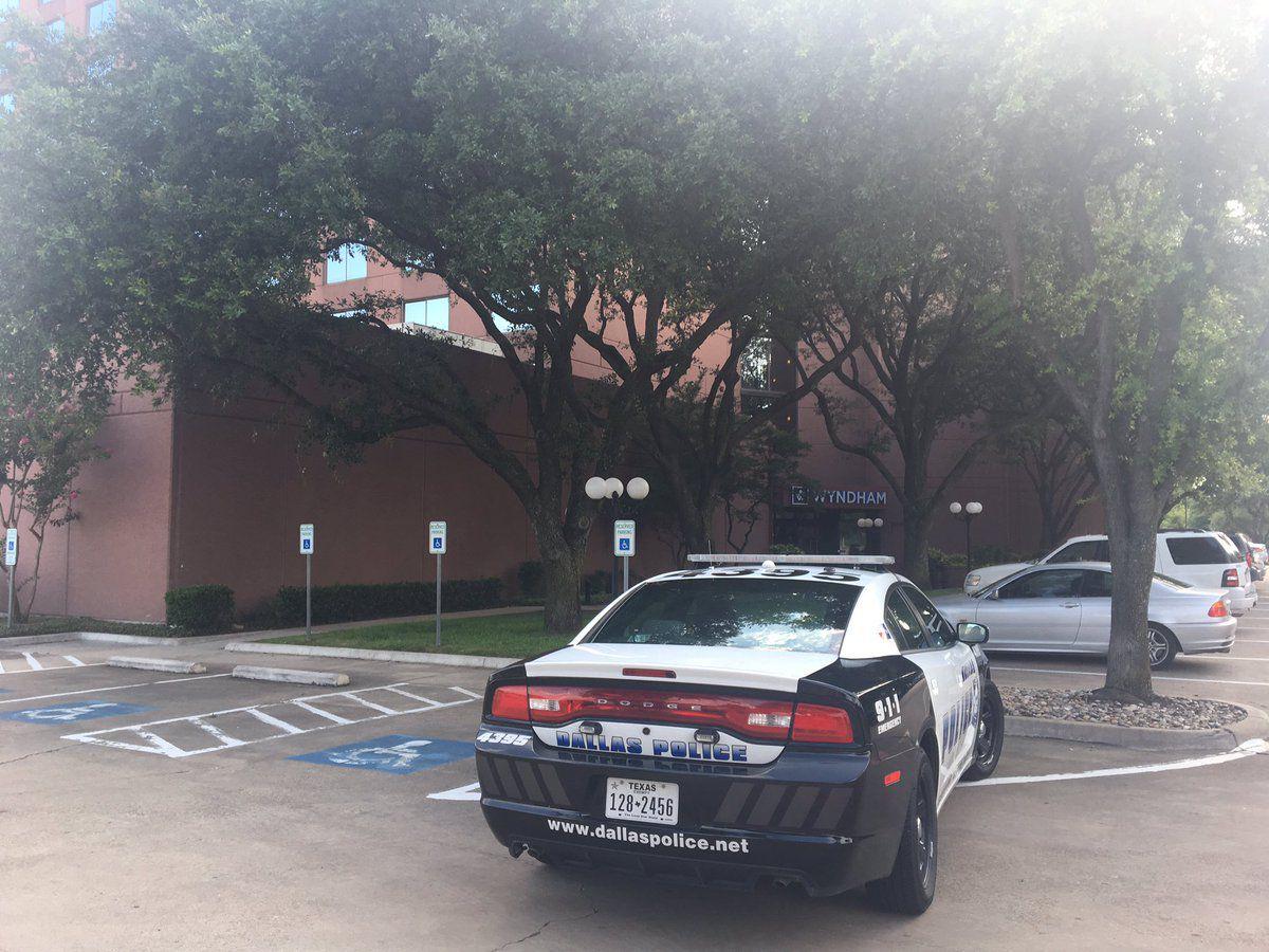 Foto de un coche patrulla en las afueras del Wyndham Dallas Suites, donde se dio un tiroteo. Foto DMN