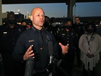 El jefe de policía Eddie García da declaraciones luego de un incidente el lunes en Dallas. García entregó al Concejo los nuevos criterios para realizar arrestos por posesión de marihuana.