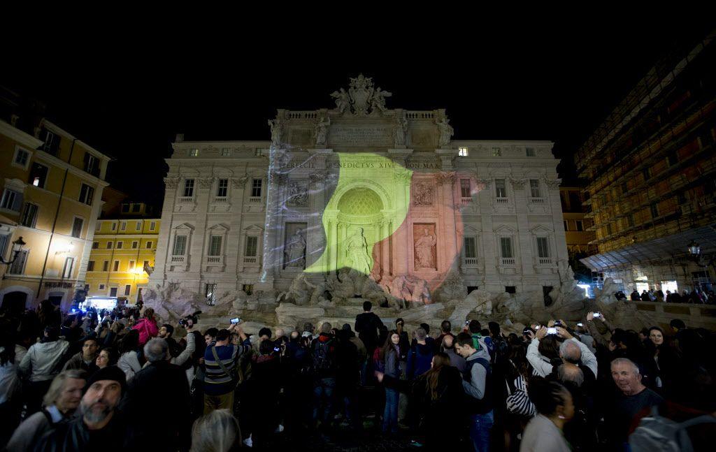 La Fuente de Trevi en Italia se iluminó con los colores de la bandera de Bélgica. /AP