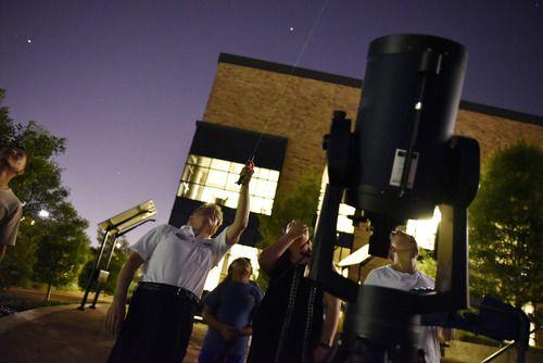 Dennis Wardell usa un laser para dar una explicación sobre los planetas a Jennifer Avitia y a Aubreigh Lares, durante la vista de Marte en Brookhaven College, el martes. (BEN TORRES/ESPECIAL PARA AL DÍA)