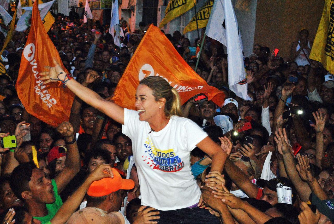 Lilian Tintori, esposa de Leopoldo López, político encarcelado, durante un mítin en el estado de Guarico en Venezuela. Tintori dijo que atacaron a activistas de su movimiento poítico. (AFP/Getty Images/FRANCISCO TRUCEIRO)
