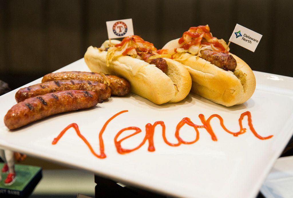El hot dog de carne de víbora de cascabel que sera vendido en el nuevo estadio de los Rangers, el Globe Life Field.