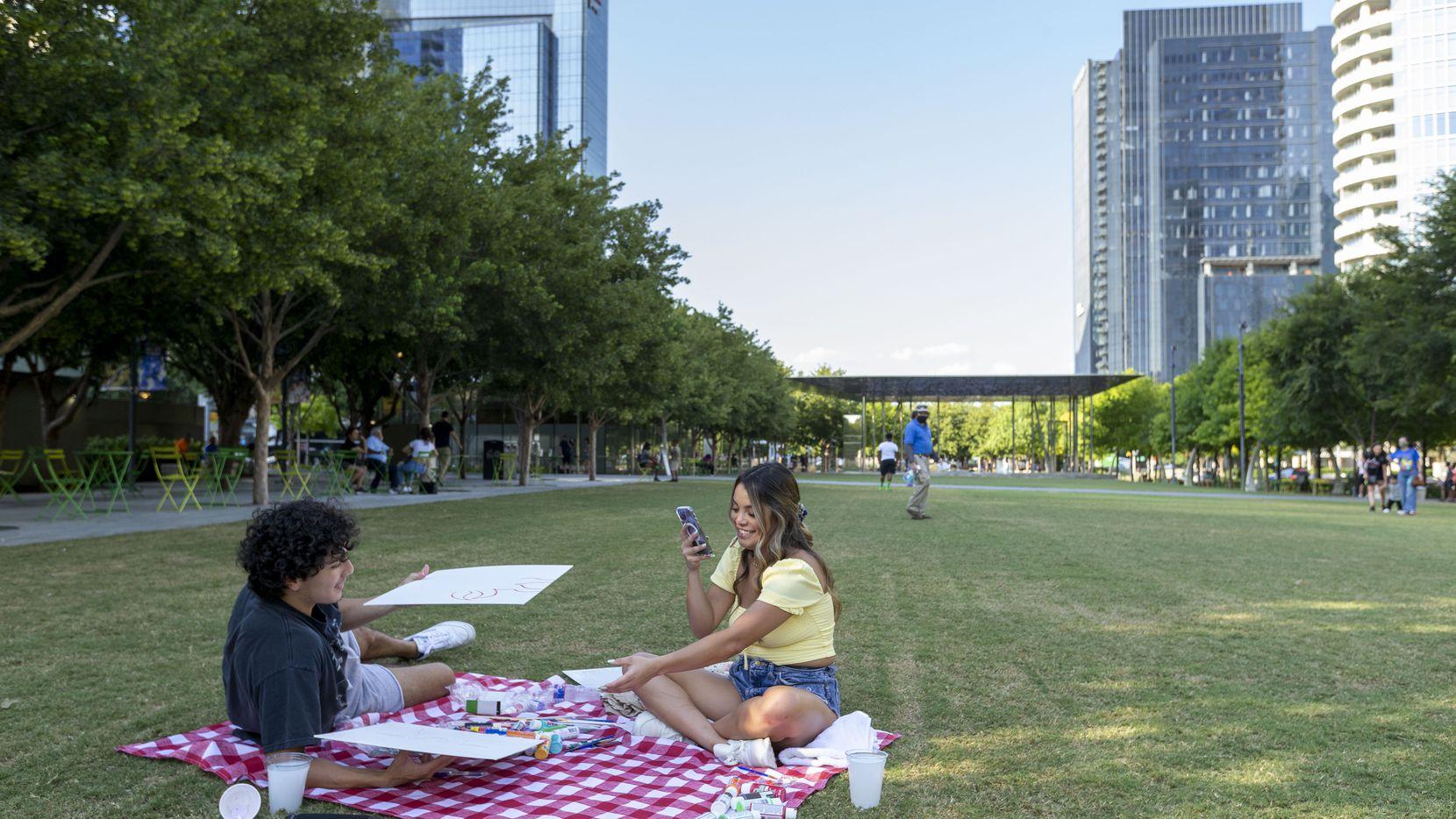 David Velázquez junto a su novia Chloe Álvarez disfrutan del Klyde Warren Park. El Concejo aprobó expandir el popular parque.