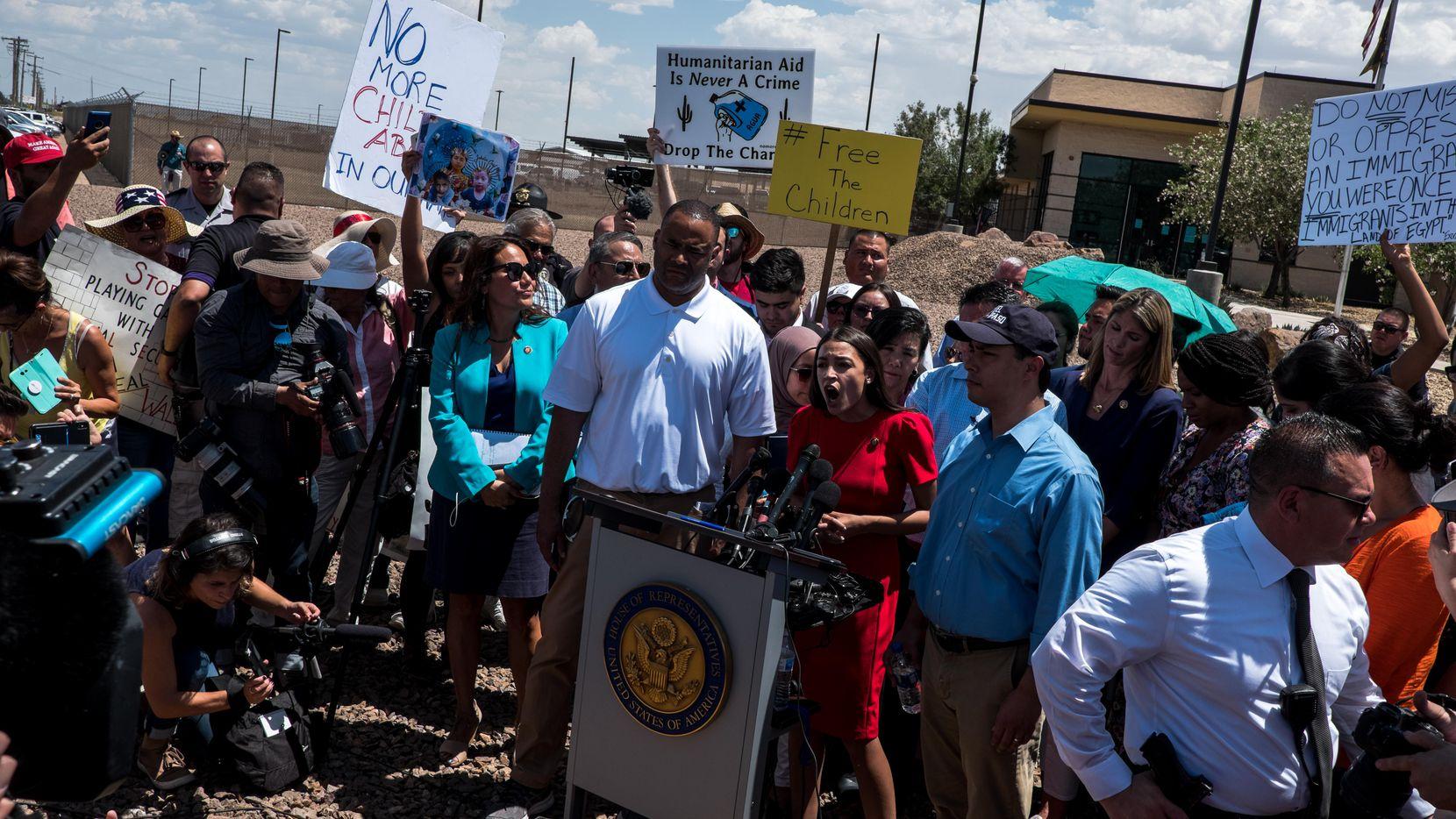 Varios congresistas visitaron el centro de detención de menores migrantes en Clint, Texas, entre ellos Mark Veasey de Dallas y Fort Worth Alexandria, Ocasio-Cortez de Nueva York, Verónica Escobar de El Paso. (ESPECIAL PARA DMN/JOEL ÁNGEL JUÁREZ)