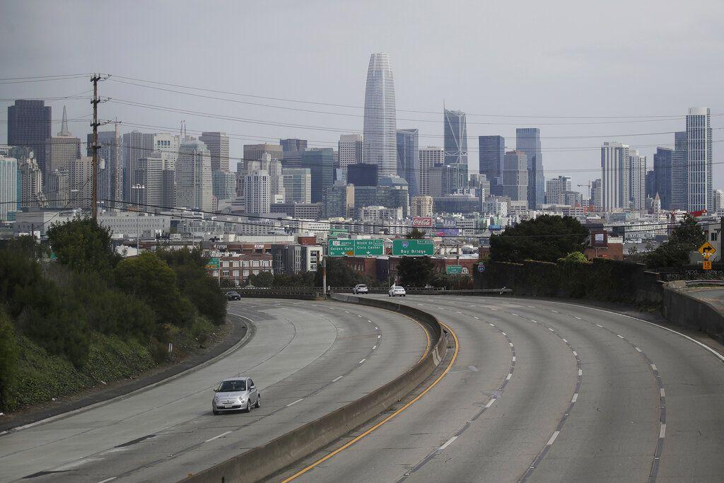 Una carretera en San Francisco el 29 de marzo del 2020. Debido a las órdenes de quedarse en casa para todo el mundo, el tráfico vehicular está disminuyendo drásticamente y con ello la incidencia de accidentes viales, lo que a su vez está haciendo bajar las tarifas de las compañías de seguros de automóviles. (AP Photo/Jeff Chiu, File)
