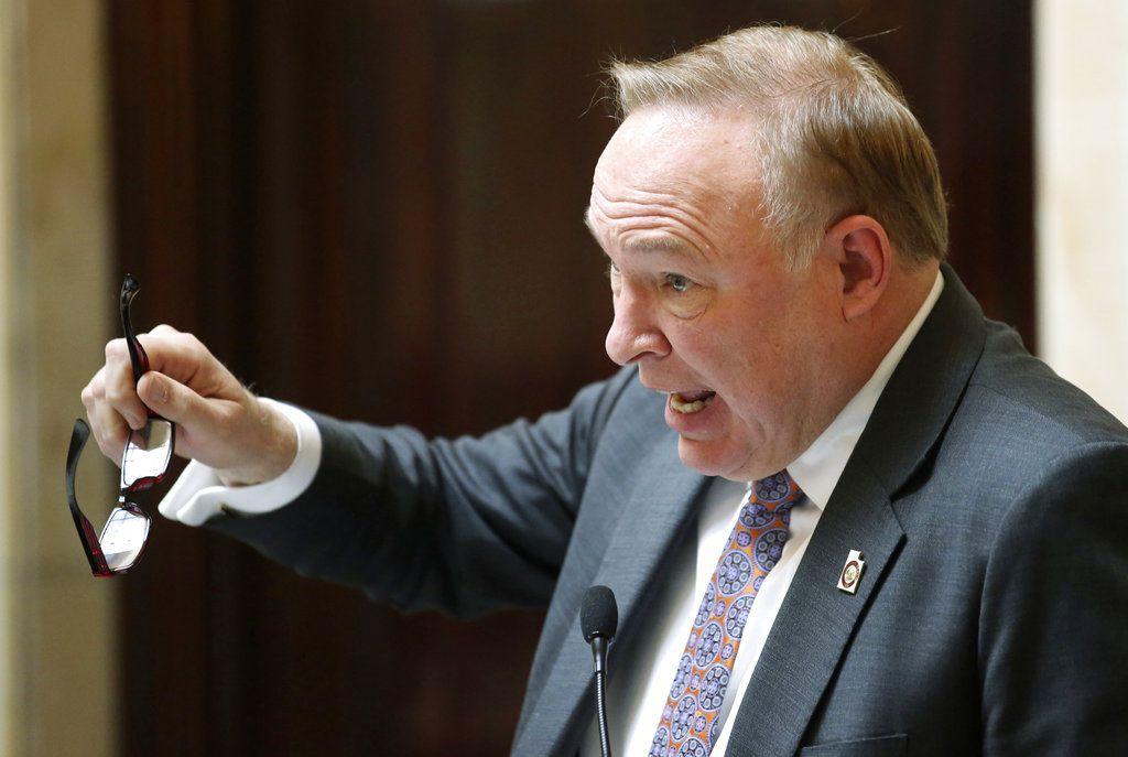 ARCHIVO – En esta fotografía de archivo del 20 de febrero de 2018, el senador demócrata de Salt Lake City, Jim Dabakis, habla en el Senado en el Capitolio de Utah en Salt Lake City. (AP Foto/Rick Bowmer, Archivo)