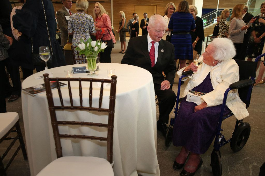 Ross Perot and Margaret McDermott  chatted before a 2017 reception honoring philanthropist Ruth Altshuler. (Rose Baca/The Dallas Morning News)