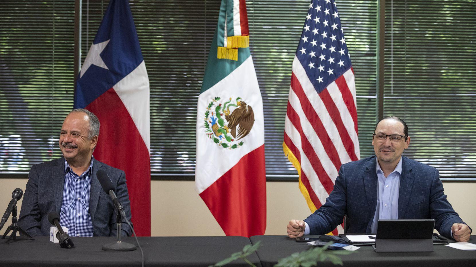 Luis Gutierrez Reyes (izq.), director del Instituto de Mexicanos en el Exterior participó de una rueda de prensa junto al cónsul de México en Dallas, Francisco de la Torre.