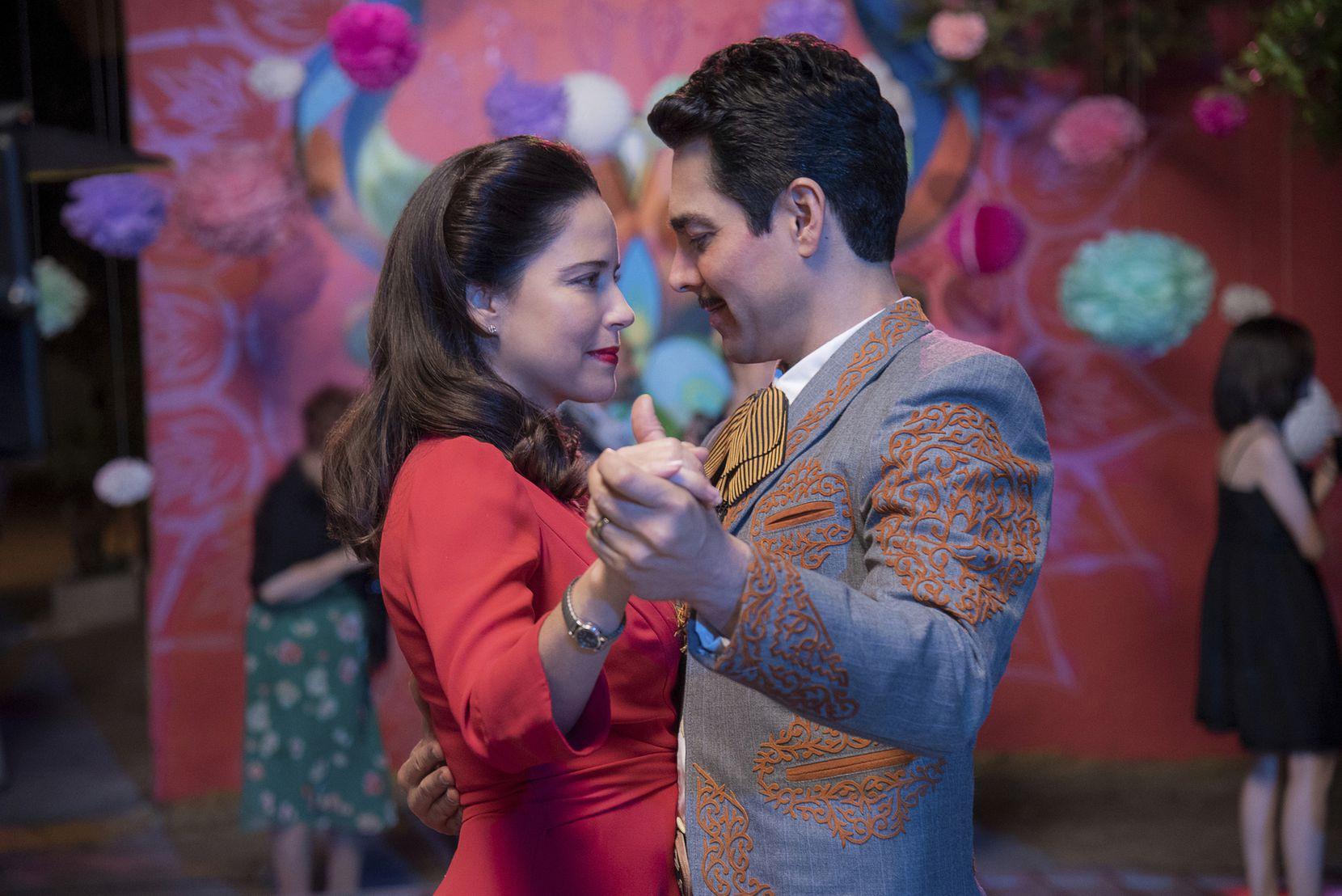 """Ana Claudia Talancón y Omar Chaparro en una escena de """"Como caído del cielo"""" en una imagen proporcionada por Netflix. (Miguel Ramos/Netflix vía AP)"""