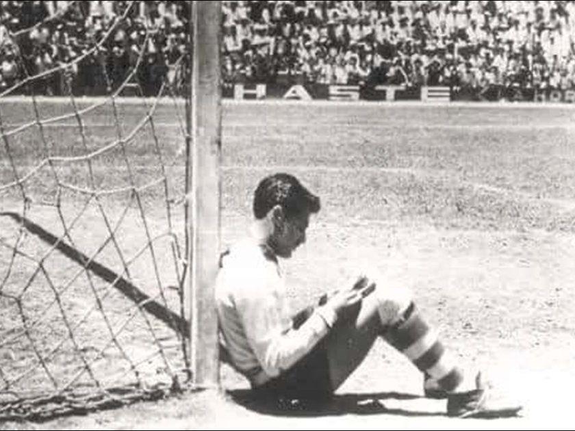 El portero de Chivas de Guadalajara, Javier 'Tubo Gómez, lee un cuento durante el partido de 1955 ante el Atlas.