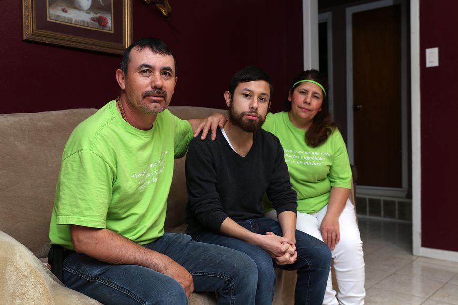 Juan Carlos Cerda con sus padres, en su casa de Grand Prairie.
