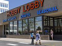 """Una tienda de Hobby Lobby en Preston Avenue fue clausurada el jueves por violar orden del condado. Las tiendas de artes y manualidades no son """"negocios esenciales"""", dijo el juez Clay Jenkins."""