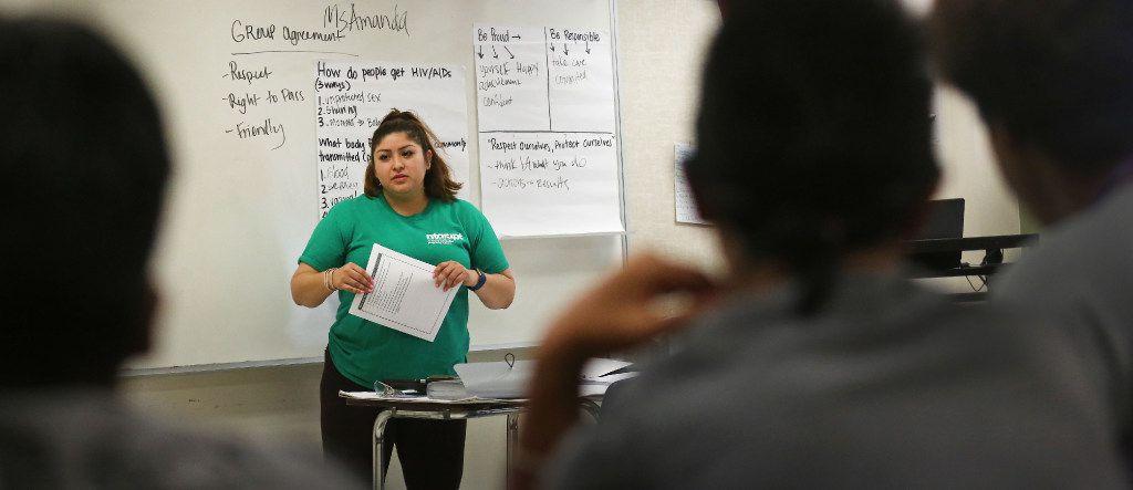 Amanda Mendoza habla con estudiantes de Vickery Meadows en un esfuerzo para reducir el índice de embarazo este adolescentes. La junta de educación de Texas está revisando la enseñanza de educación sexual en las escuelas.