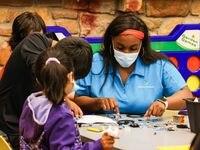 Deonanna Perry trabaja con niños que son parte del Programa de Tecnología para Niños en el Juanita Craft Recreation Center.