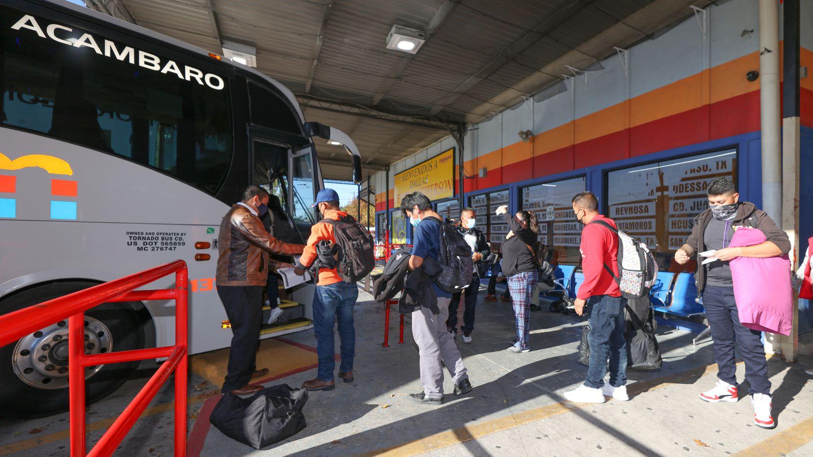 Por la temporada de fiestas de fin de año, las empresas de autobuses esperan más pasajeros saliendo de Dallas a diferentes destinos, por lo que han reforzado sus medidas de seguridad contra el coronavirus.