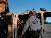 Agentes de la Patrulla Fronteriza detienen a un inmigrante en El Paso, Texas.