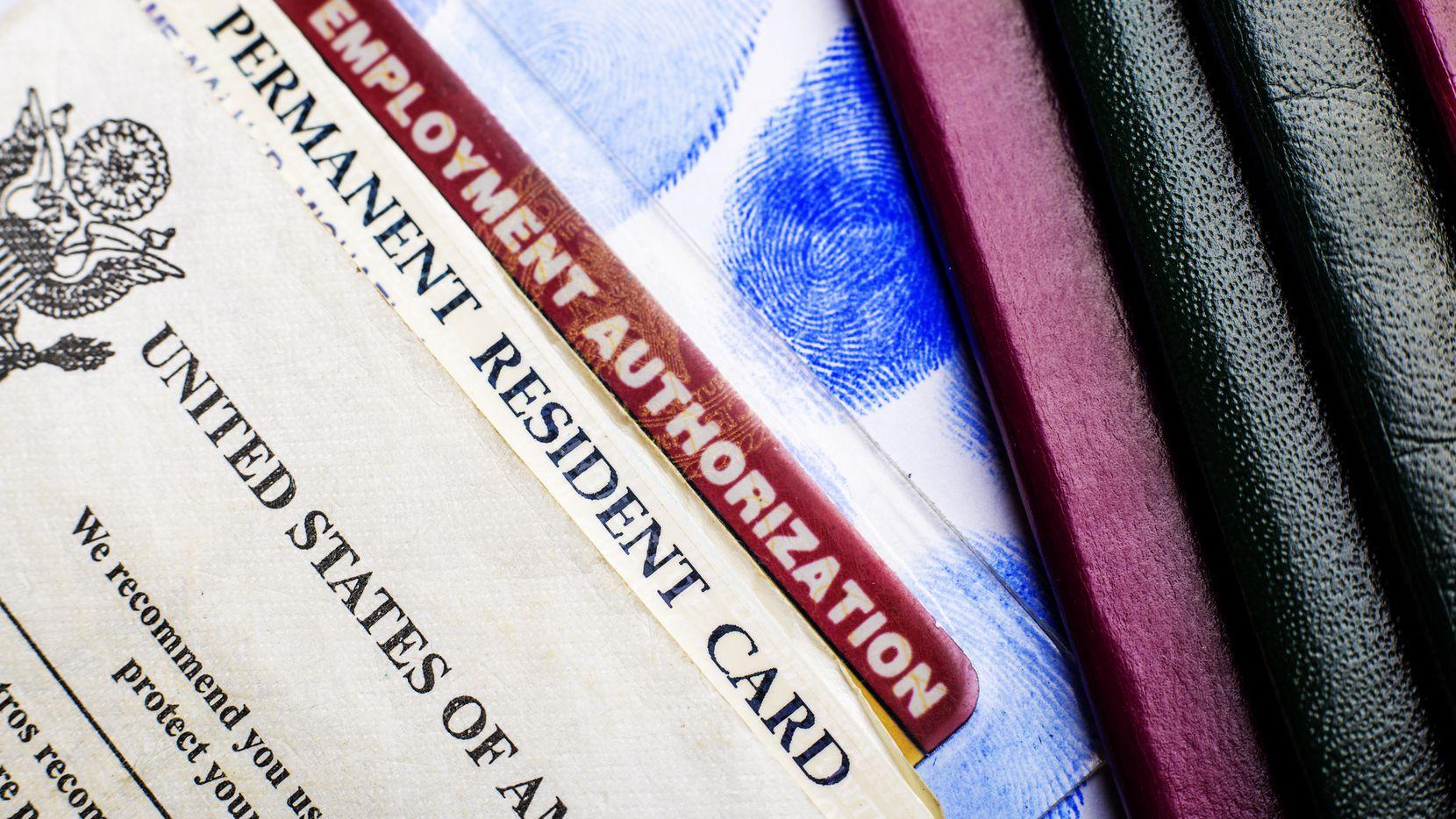 Una tarjeta de residente permanente y la autorización de empleo.