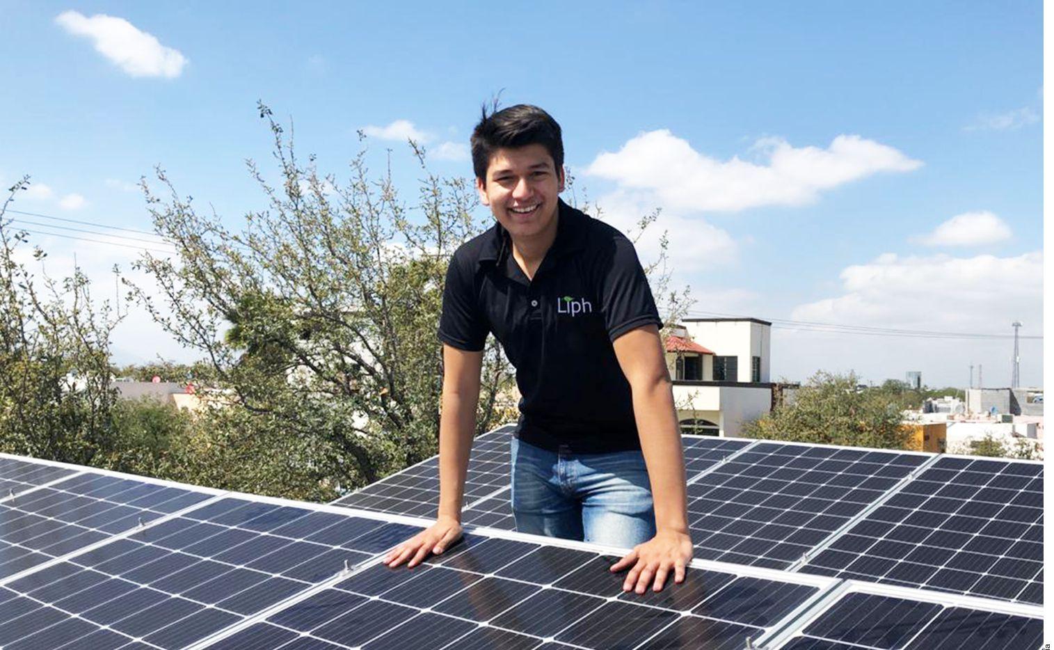 Jorge Díaz, de 19 años, tiene su propia compañía desde hace cuatro años de paneles solares.