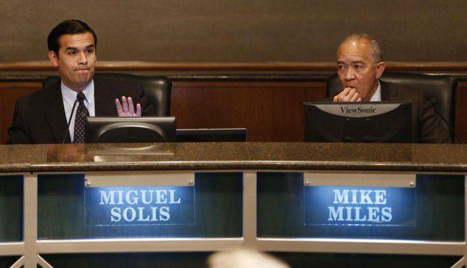 Un juez de Dallas ordenó el martes al presidente de la mesa directiva del DISD, Miguel Solís (izq.), citar a reunión para discutir el empleo del superintendente Mike Miles (der.). (DMN/VERNON BRYANT)