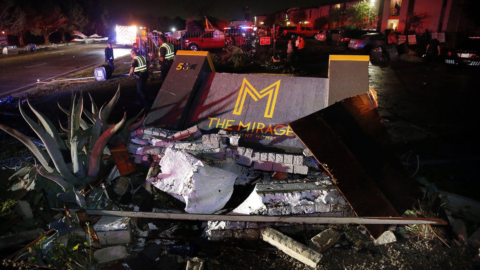 El cartel de The Mirage Apartments destruido tras la fuerte tormenta que atravesó parte del Norte de Texas la noche del 24 de noviembre de 2020.