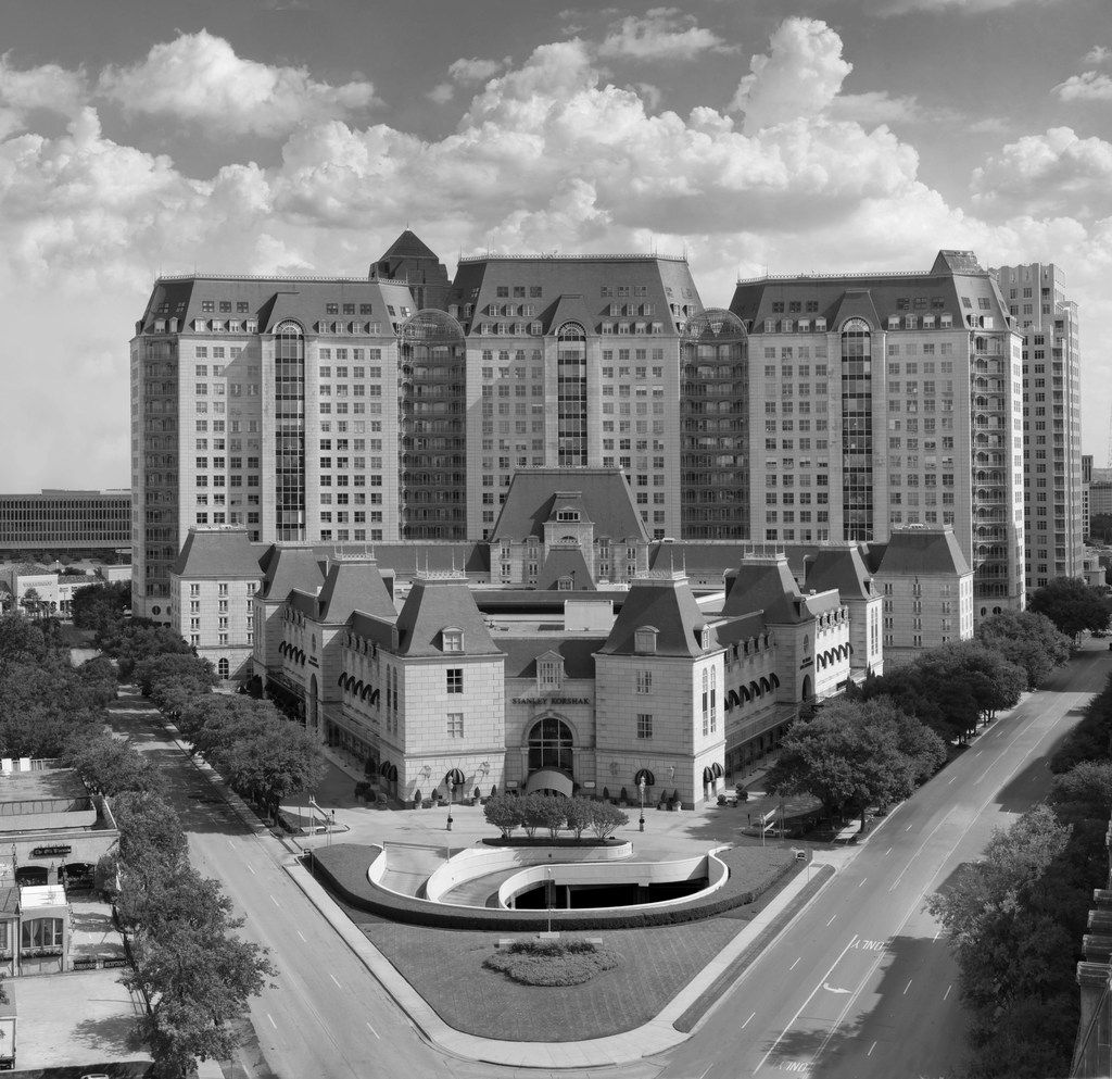 Philip Johnson, the Crescent, Uptown Dallas, completed 1985.