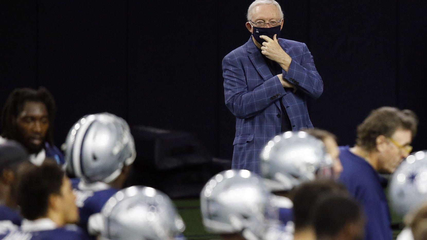 El dueño de los Dallas Cowboys, Jerry Jones, observa una práctica de su equipo el 25 de agosto de 2020 en The Star de Frisco.