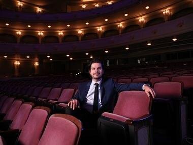 """El compositor colombiano Víctor Agudelo llegó hasta el Bass Performance Hall en Fort Worth el miércoles. Una obra de Agudelo, """"Algo va a pasar"""" se estrena este fin de semana con la Sinfónica de Fort Worth, bajo la dirección de Miguel Harth-Bedoya."""