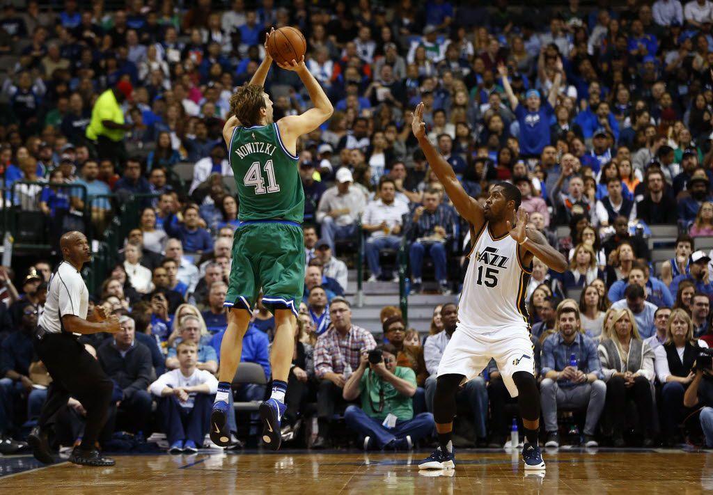 El jugador de los Dallas Mavericks, Dirk Nowitzki (41), dispara al aro en un partido contra el Utah Jazz en un juego de la temporada 2015-16 en la que el equipo utilizaba el uniforme todo verde.