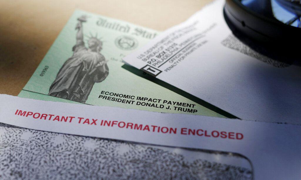 En esta fotografía del 23 de abril de 2020, el nombre del presidente Donald Trump aparece en un cheque de asistencia emitido por el IRS para ayudar a combatir las consecuencias económicas adversas de la pandemia de covid-19. Pero muchos aún no recibieron su incentivo y otros lo obtuvieron con menos valor al esperado.
