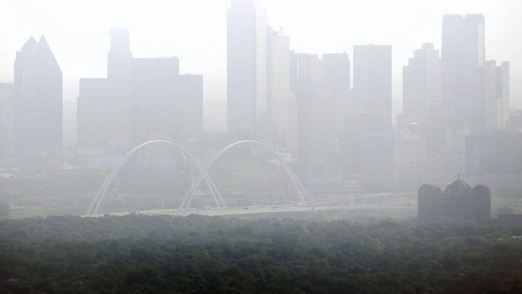 Una intensa bruma se pudo apreciar el viernes en el centro de Dallas con la llegada de una nube de polvo del Sahara, que se quedará durante el fin de semana.