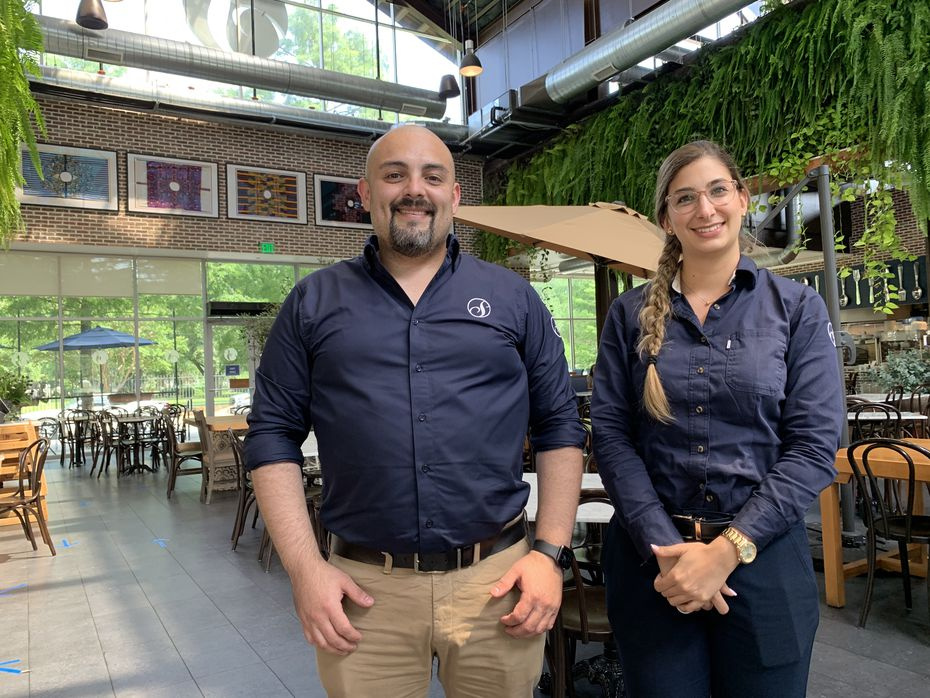 Sebastián Lozano y Sara Trujillo, gerente y asistente, trabajan en San Martín Bakery, un restaurante que modificó sus horarios por el toque de queda para permitir a sus empleados llegar a sus casas a salvo.