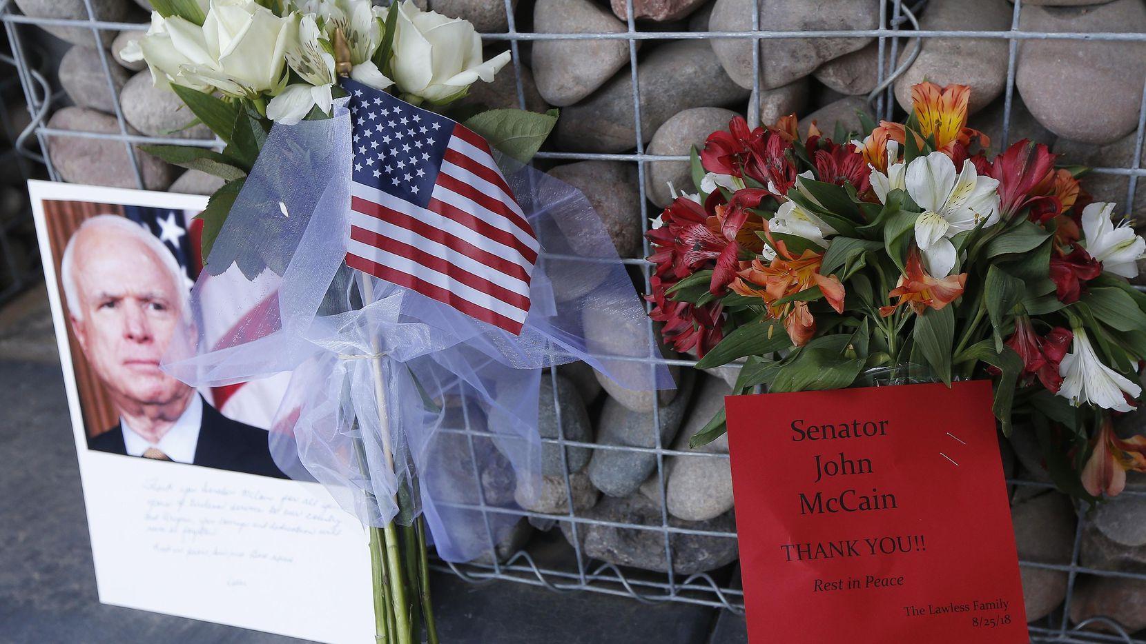 El público empezó a dejar cartelones de recordación afuera de la oficina del ex senador John McCain en Arizona.(AP)