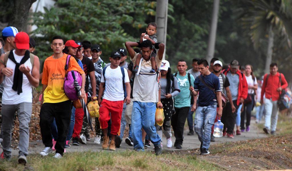 Grupo de personas marchan a las afueras de San pedro Sula, Honduras. (ORLANDO SIERRA/AFP/Getty Images)