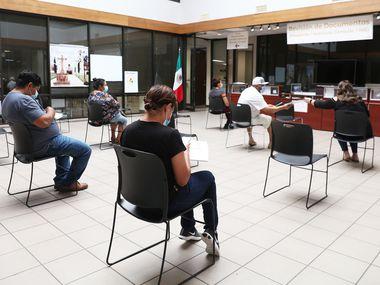 Desde que comenzó la pandemia de coronavirus, el Consulado de México en Dallas estableció protocolos de atención con distanciamiento social, lo que provocó que la atención no pudiera ser al 100% de capacidad.
