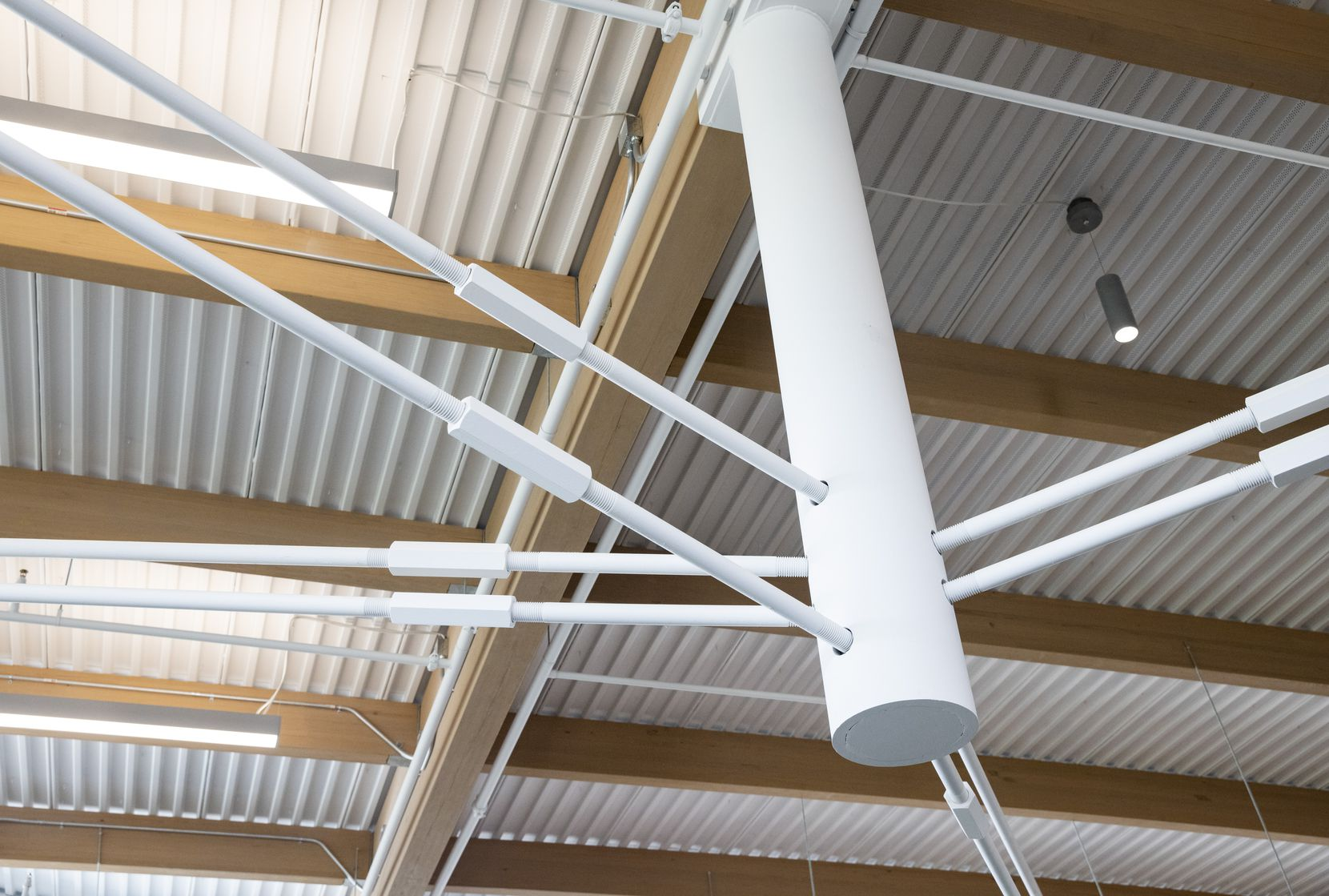The most spectacular feature of the library is the exposed steel traction system with cables that meet at the suspended posts.