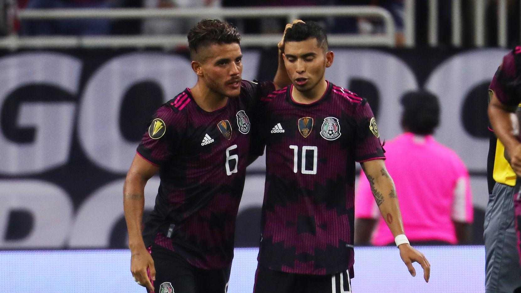 El jugador de la selección mexicana, Jonathan dos Santos (izq), felicita a Orbelín Pineda quien anoto en tiro penal contra Canadá en ela semifinal de Copa Oro, el 29 de Julio de 2021 en el NRG Stadium de Houston.