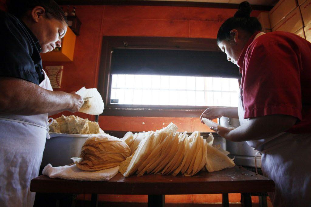 Preparing tortillas at Luna's