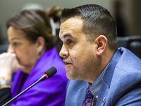 """El concejal Adam Bazaldúa dijo que es """"desafortunado ver al alcalde (Eric Johnson) dedicar tiempo y energías para servirse a sí mismo""""."""