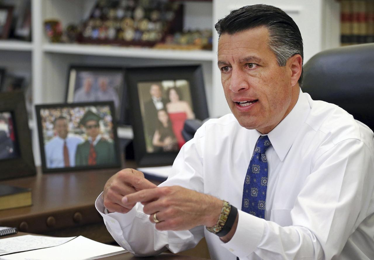 Foto del 17 de abril del 2015 del gobernador de Nevada Brian Sandoval en su despacho en Carson City, Nevada. (AP/CATHLEEN ALLISON)