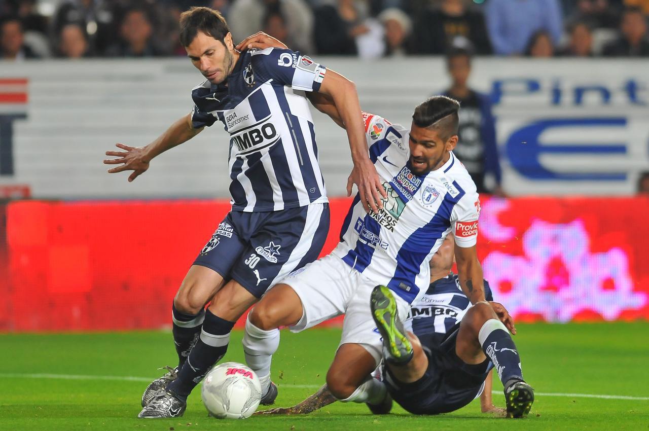 Franco Jara (centro) y el Pachuca se enfrentaron a José Basanta y el Monterrey el 30 de enero en Pachuca. Los Tuzos ganaron 3-1, por la Fecha 4 del torneo Clausura. (AFP/GETTY IMAGES/MARIA CALLS)