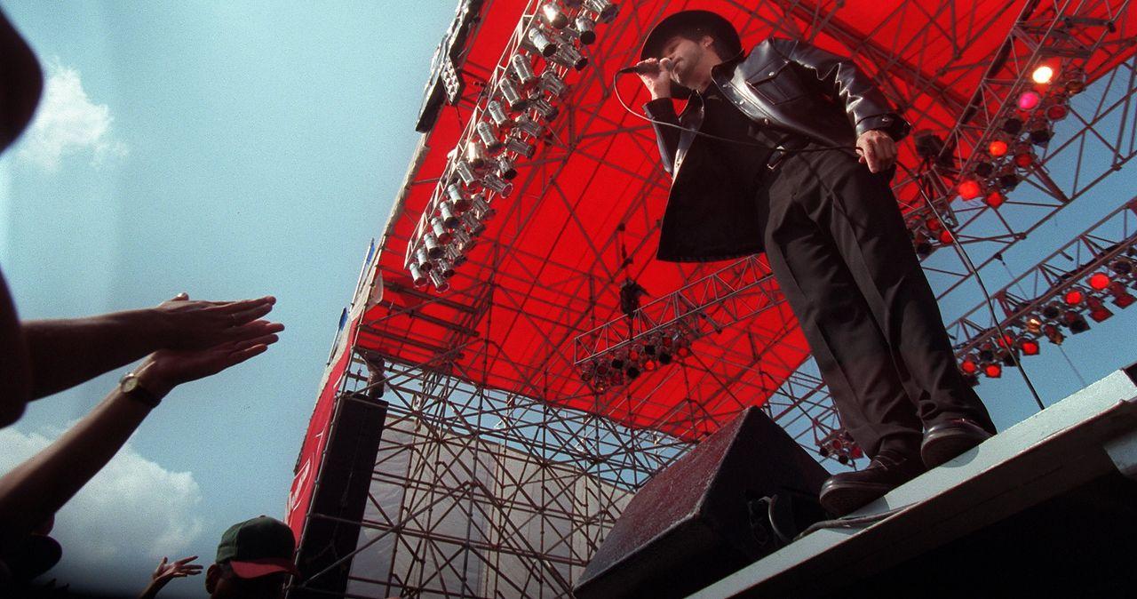 Oscar de la Rosa of La Mafia sings to the crowd  at the State Fair of Texas in 1997.