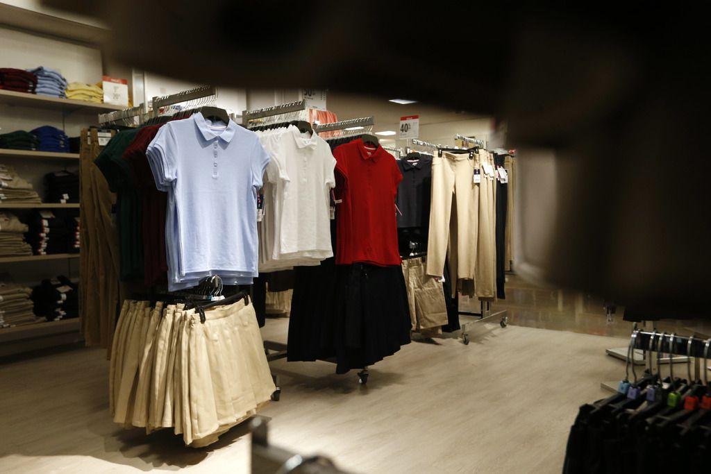 Los uniformes de escuela se pueden conseguir en la Feria de Regreso a Clases.