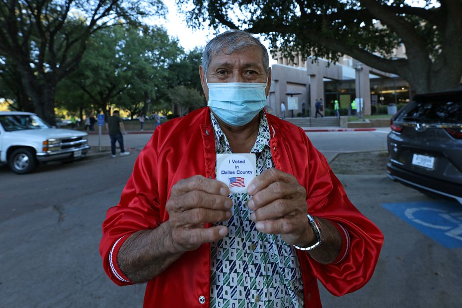 Wilfredo Guzmán had requested his ballot to vote by mail, but said it did not give him confidence, so he decided to go to vote in person, in Irving.