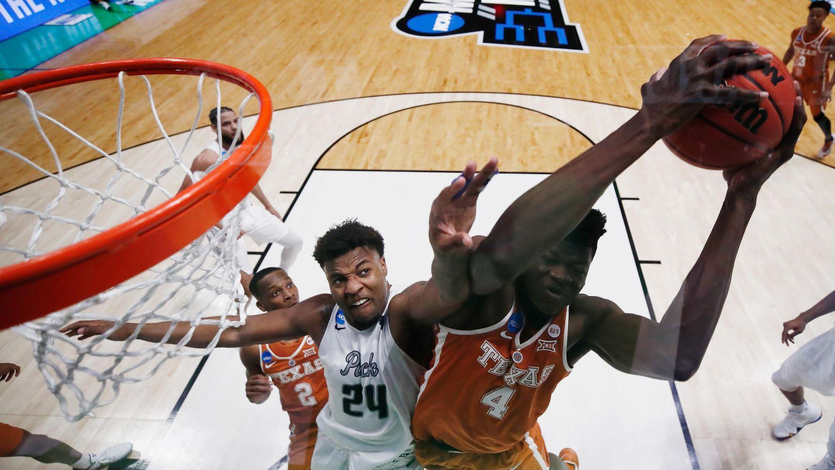 Mohamed Bamba (4) es uno de los jugadores que los Mavs podrían adquirir en el draft de la NBA. (Getty Images/Andy Lyons)