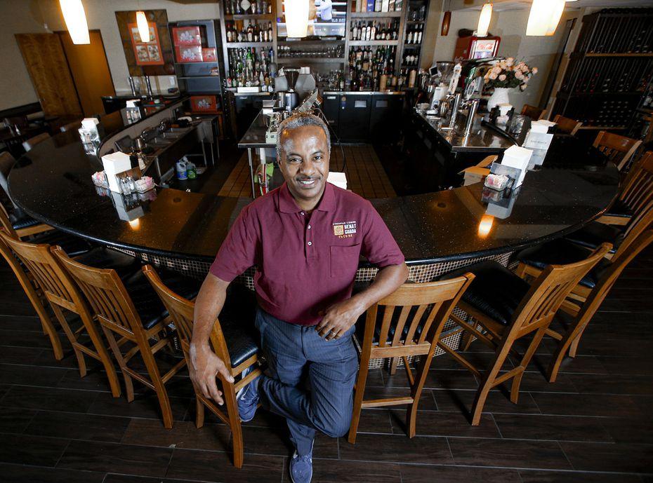 Kassahun Kebede, un inmigrante de Etiopía, en su restaurante Yenat Guada, en Vickery Meadow.