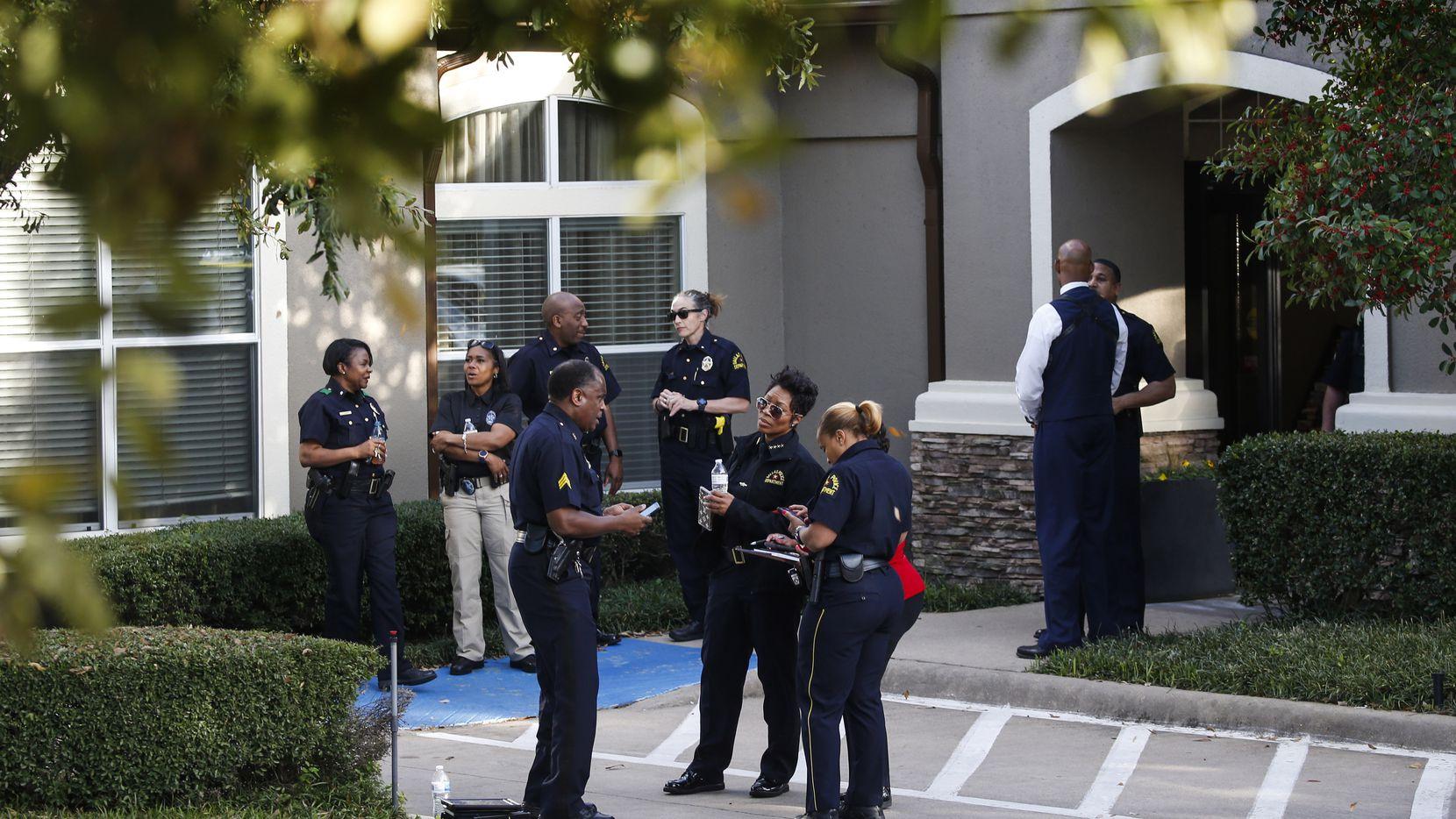 Policía investiga la muerte de cuatro personas, incluidos dos niños, que aparecieron sin vida en un cuarto del hotel Staybridge Suites cerca de Keller Springs Road y Dallas North Tollway.