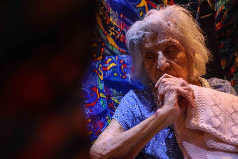 María Barajas, de 100 años y quien padece demencia, se prepara para pasar la noche en un autobús con calefacción en las afueras del Pleasant Oaks Recreation Center.