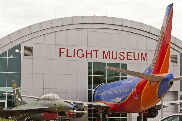 Un F-16 y un avión 737 de Southwest en exhibición en el Frontiers of Flight Museum en Dallas. Foto de archivo.
