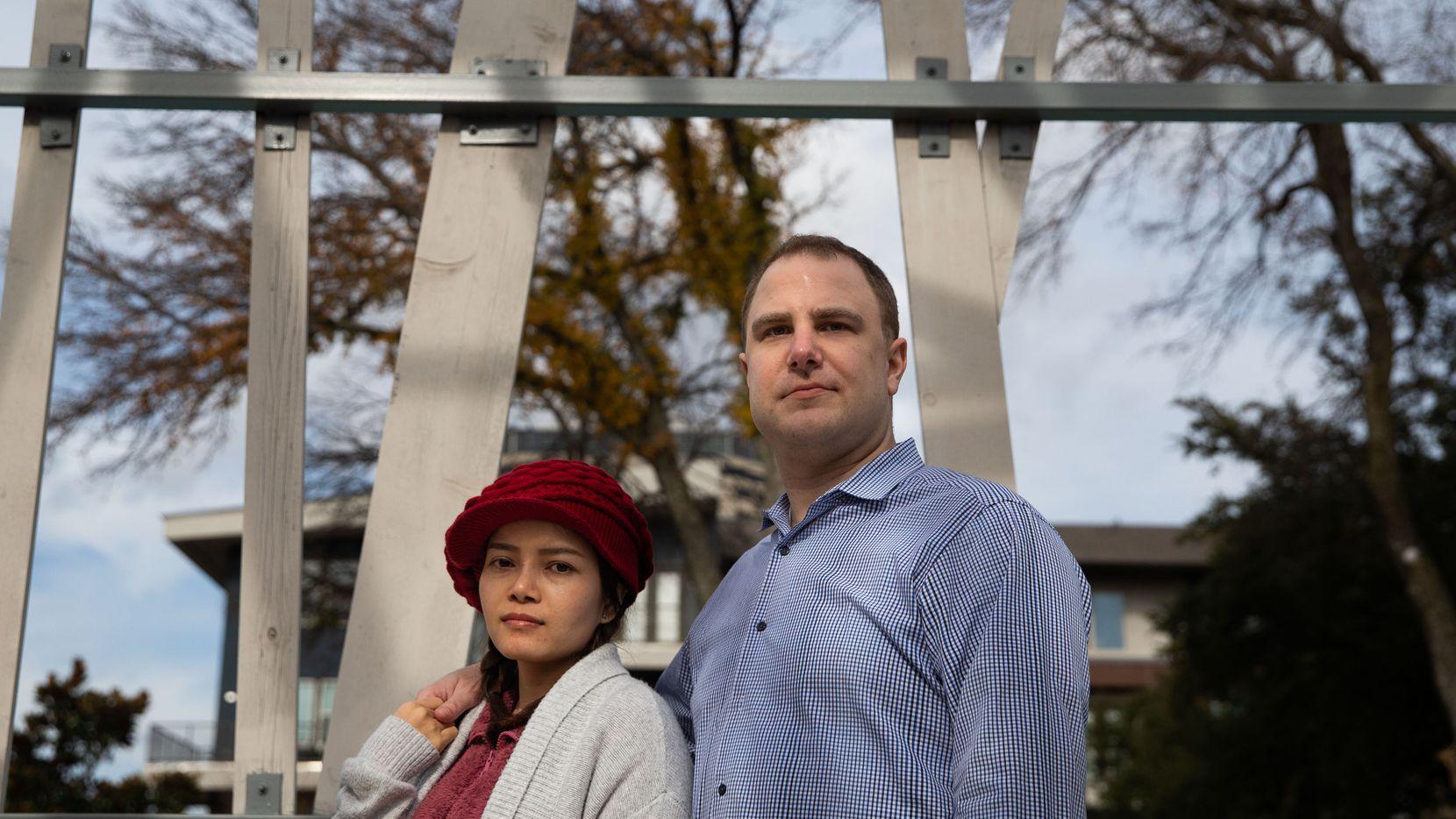 Aaron Jones (Der.) y su esposa Trinh Nguyen posan afuera del complejo de apartamentos donde viven en Dallas. Jones, quien es ciudadano estadounidense y Nguyen, residente permanente que nació en Vietnam, realizan su declaración de impuestos conjuntamente.