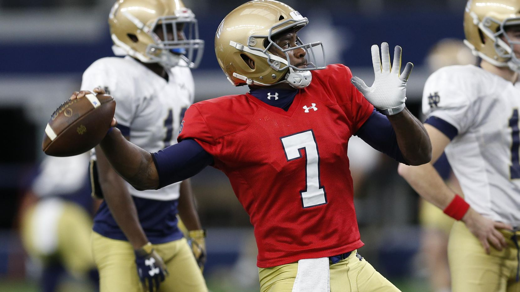 El mariscal del Notre Dame Brandon Wimbush (7) lanza un pase durante una práctica el 24 de diciembre en el AT&T Stadium de Arlington. (AP/Jim Cowsert)